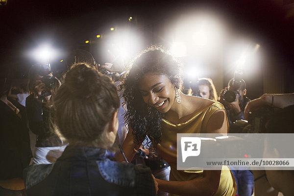 Prominente geben Autogramme für Fans bei der Veranstaltung