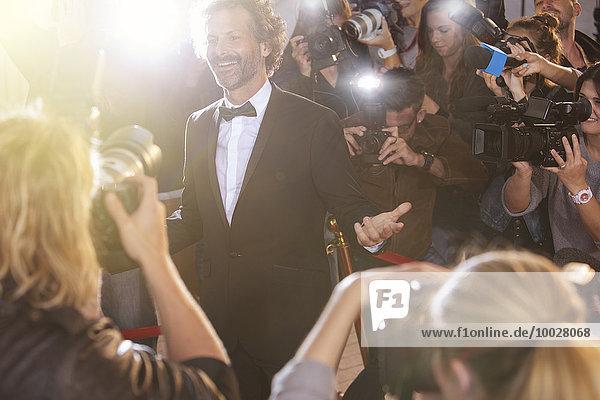 Lächelnde Prominenz posiert für Paparazzi-Fotografen bei der Veranstaltung