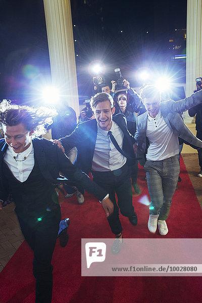 Prominente  die von Paparazzi-Fotografen beim Red Carpet Event ankommen und davonlaufen