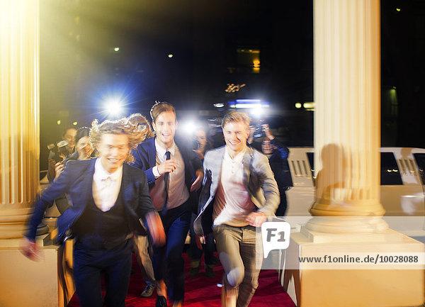 Enthusiastische Prominente kommen und laufen von Paparazzi-Fotografen auf dem Roten Teppich, Enthusiastische Prominente kommen und laufen von Paparazzi-Fotografen auf dem Roten Teppich