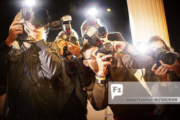 Paparazzi-Fotografen fotografieren bei der Veranstaltung