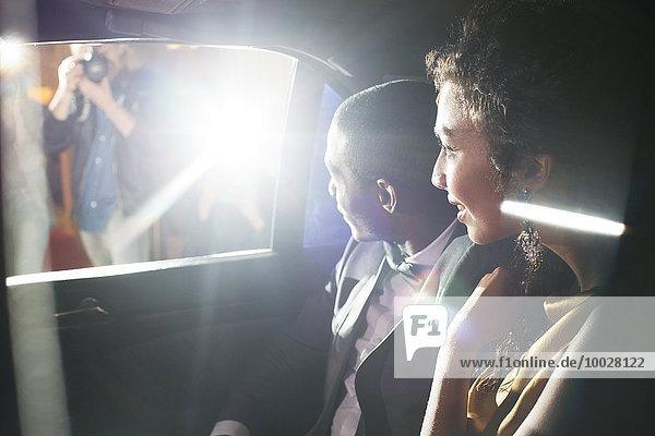 Prominentenpaar in der Limousine bei der Ankunft auf dem Roten Teppich