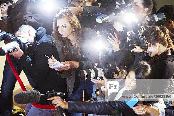 Hochwinkelaufnahme von Paparazzi-Fotografen und Reportern bei der Veranstaltung