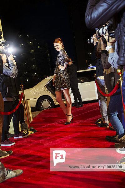Zuversichtlicher Prominenter kommt und posiert für Paparazzi-Fotografen beim Red Carpet Event