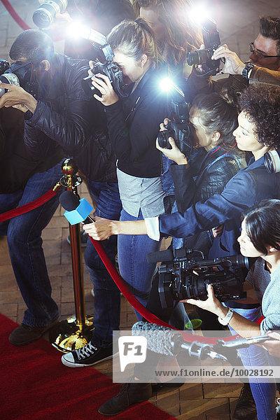Paparazzi-Fotografen und Reporter beim Red Carpet Event