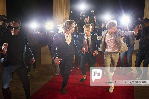 Enthusiastische Prominente kommen und laufen von Paparazzi zum Red Carpet Event