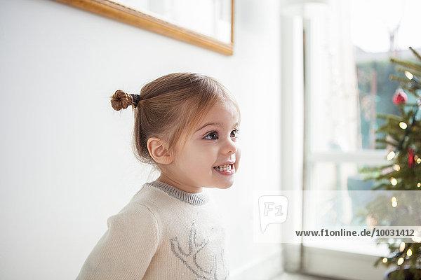 Lächelndes Mädchen schaut weg