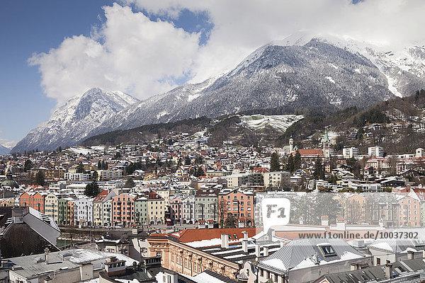Ausblick vom Stadtturm auf die Stadt Richtung Inn und Karwendelgebirge  Innsbruck  Tirol  Österreich  Europa