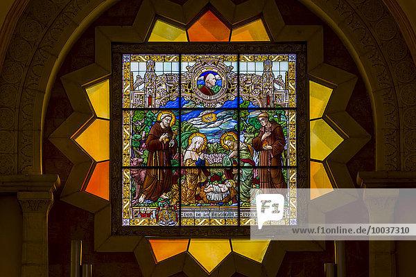 Kirchenfenster mit Darstellung der Geburt Jesus Christus in der Katharinenkirche  Bethlehem  Westjordanland  Israel  Asien