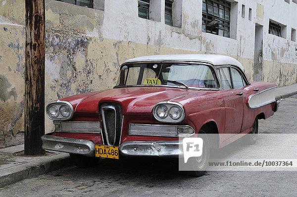 Roter amerikanischer Oldtimer  Taxi  Havana  Ciudad de La Habana  Kuba  Nordamerika