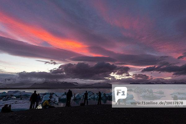 Fotografen am Seeufer  Jökulsárlón  Hornafjörður  Austurland  Island  Europa