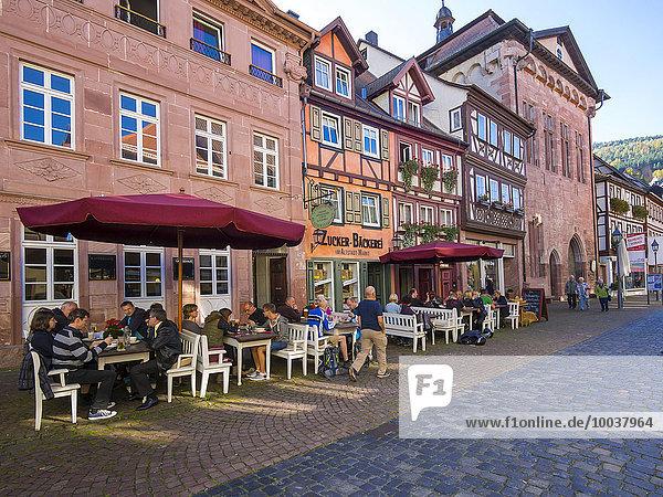 Historische Altstadt mit Restaurants  Miltenberg  Mainfranken  Unterfranken  Franken  Bayern  Deutschland  Europa