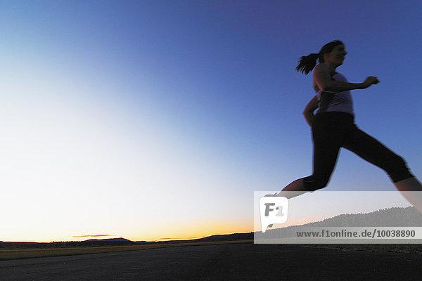 Frau joggen Abenddämmerung