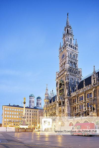 Deutschland  Bayern  München  Blick auf Marienplatz  Neues Rathaus  Mariensäule und Frauenkirche am Abend