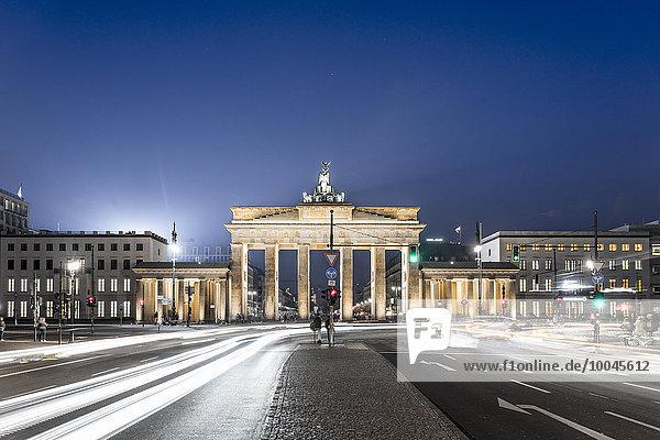 Deutschland  Berlin  Berlin-Mitte  Brandenburger Tor  Ort des 18. März bei Nacht
