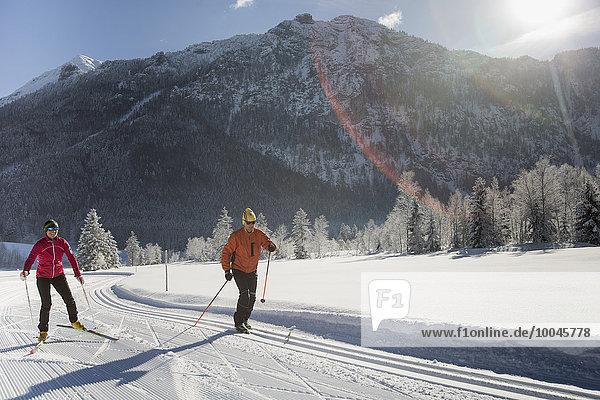 Deutschland  Bayern  Inzell  zwei Skifahrer in verschneiter Landschaft