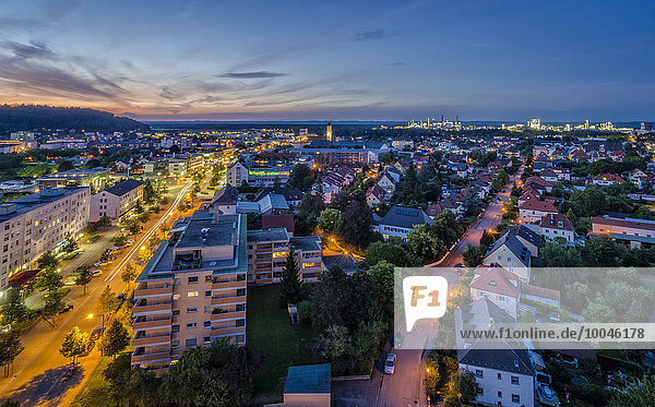 Deutschland  Bayern  Burghausen  Stadt und Industriegebiet  Blaue Stunde