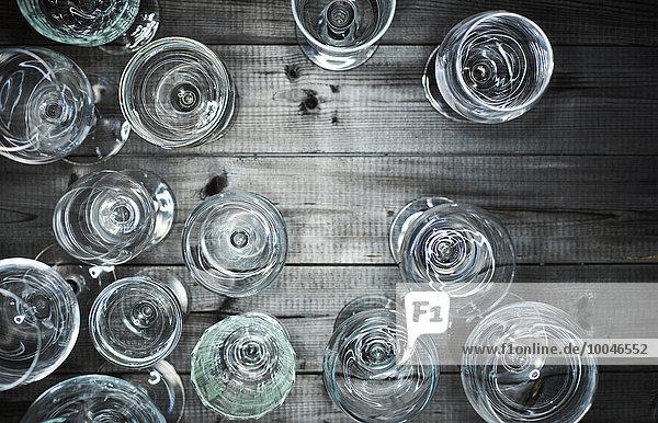 Leere Weingläser auf Holz
