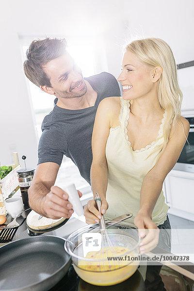 Rührei zusammen in der Küche zubereiten