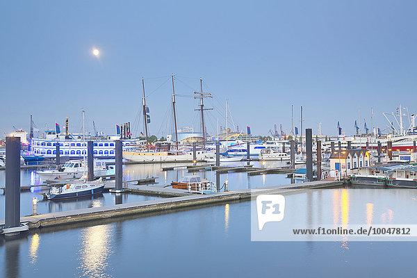 Deutschland  Hamburg  Elbpromanade am Niederhafen bei Vollmond
