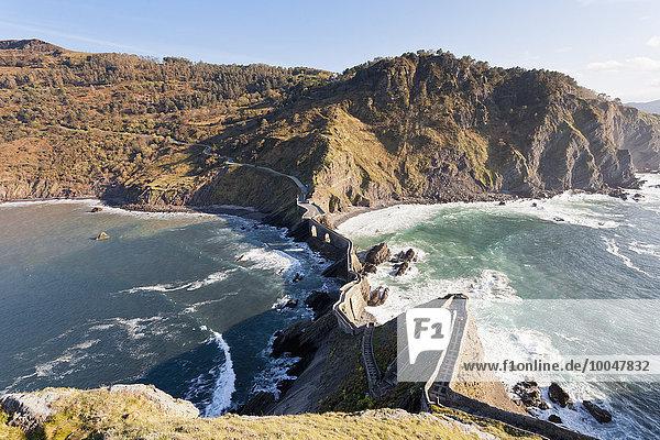 Spanien  Biskaya  Baskenland  Stufen zum San Juan de Gaztelugatxe  Kapelle auf einer Felseninsel