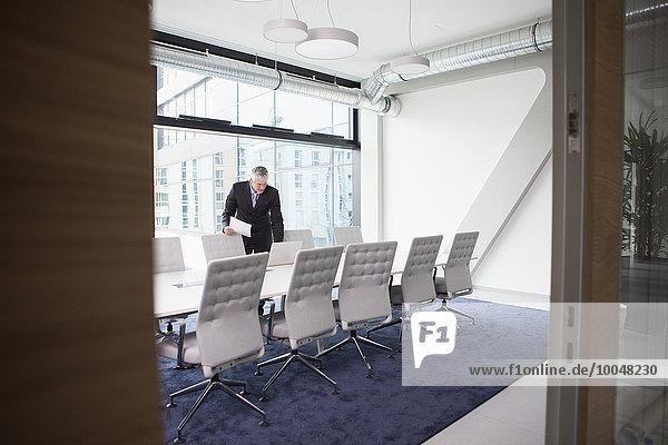 Geschäftsmann bei der Konferenzvorbereitung