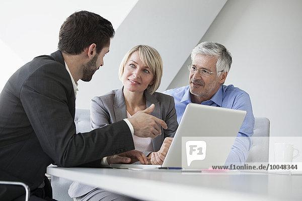 Geschäftsleute im informellen Gespräch über neue Strategien