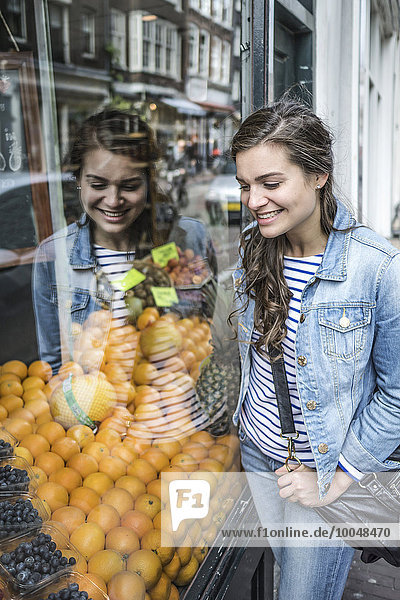 Niederlande  Amsterdam  Frauen reflektieren in Schaufenstern