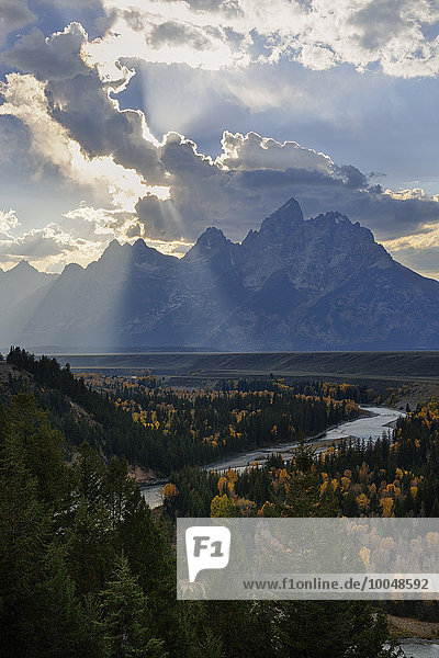 USA  Wyoming  Grand Teton National Park  Dramatischer Himmel über der Teton Range vom Snake River Overlook aus gesehen.