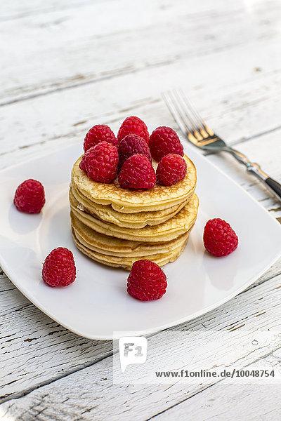 Pfannkuchen mit Erdbeeren auf dem Teller