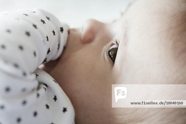 Nahaufnahme des Babys mit Finger im Mund