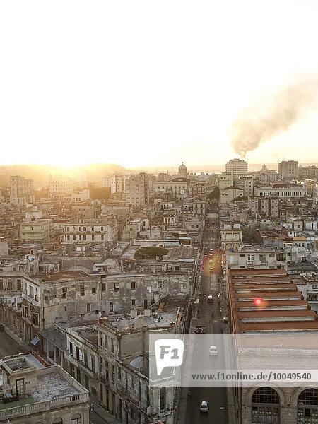Kuba  Havanna  Blick auf die Altstadt bei Dämmerung