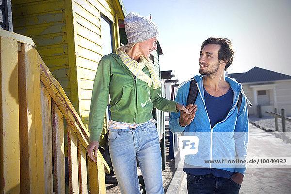 Junges Paar Hand in Hand auf der Strandhütte
