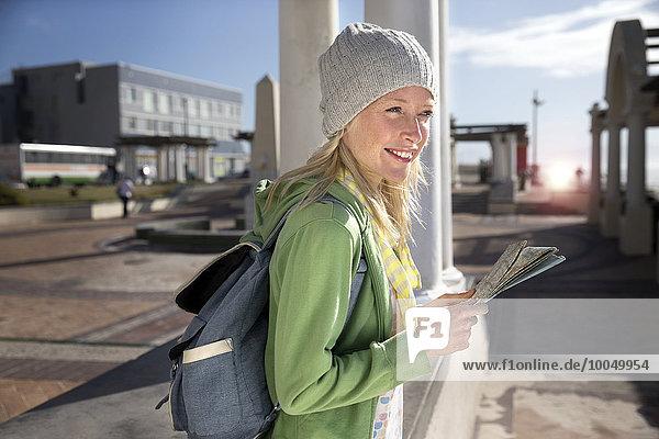 Tourist mit Rucksack-Haltekarte