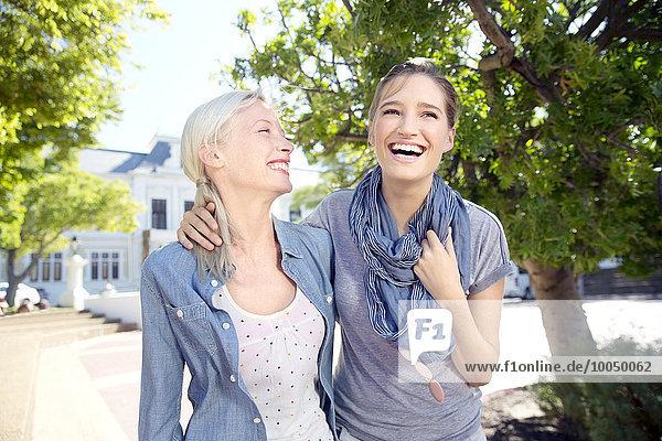 Zwei glückliche junge Frauen im Freien