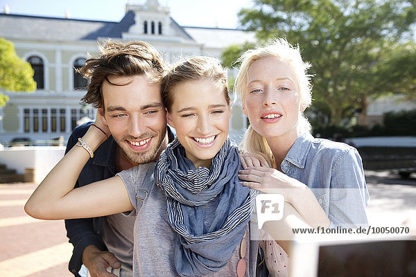 Glückliche Freunde im Freien mit einem Selfie