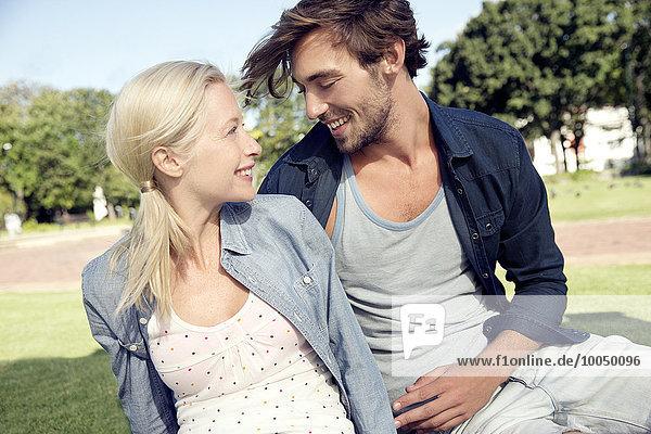 Ein glückliches Paar entspannt sich im Park