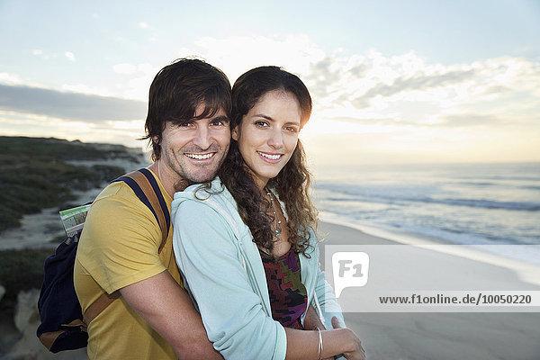 Südafrika  glückliches Paar am Strand bei Sonnenaufgang