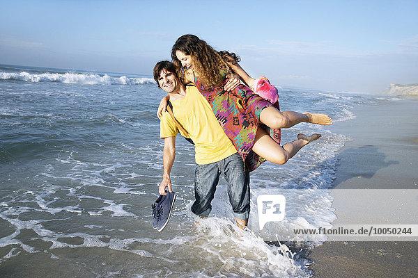 Südafrika  verspieltes Paar im Meer