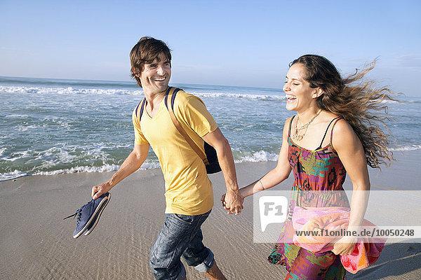 Südafrika  glückliches Paar am Strand