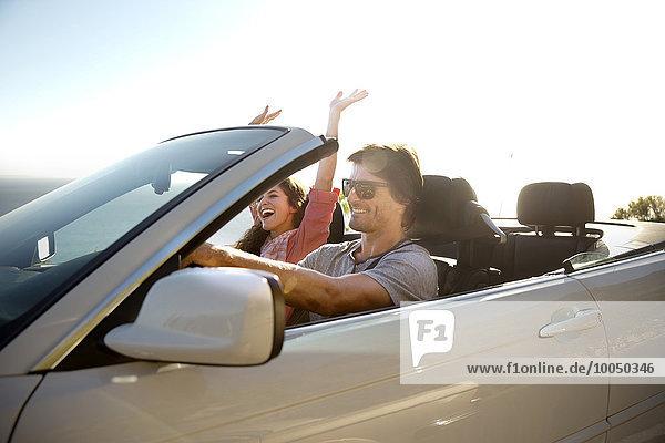 Südafrika  glückliches Paar im Cabriolet