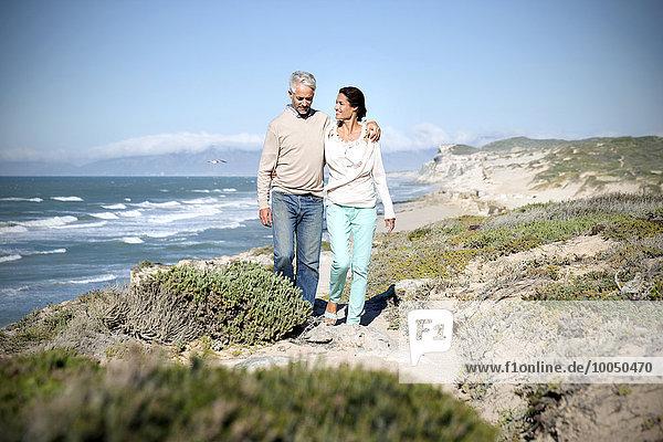 Südafrika  Paar  das an der Küste entlang läuft