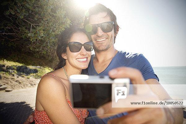 Südafrika  ein glückliches Paar  das einen Selfie an der Küste nimmt.