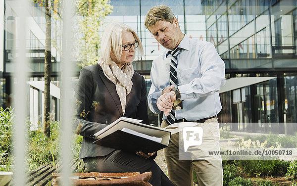 Geschäft mit Mappen zur Vorbereitung von Meetingmitarbeitern