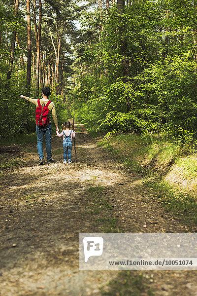 Vater und Tochter wandern im Wald