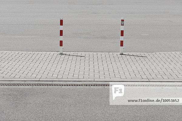 Deutschland  Nordrhein-Westfalen  Düsseldorf  Markierungspfosten an der Straße