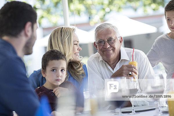 Großfamilie im Restaurant bei einer Feier