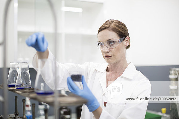 Wissenschaftler im Labor im Umgang mit Flüssigkeiten