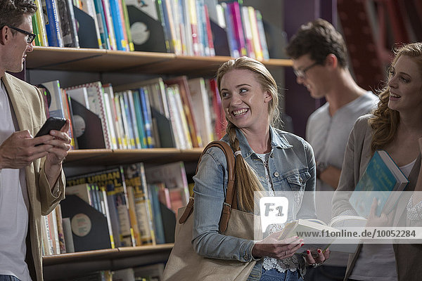 Studenten  die in einer Bibliothek kommunizieren