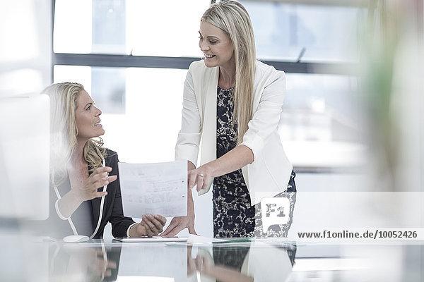 Zwei Geschäftsfrauen im Büro arbeiten zusammen